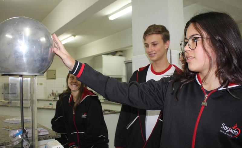 3ªs séries do Ensino Médio aprendem sobre eletrostática em Aula Prática