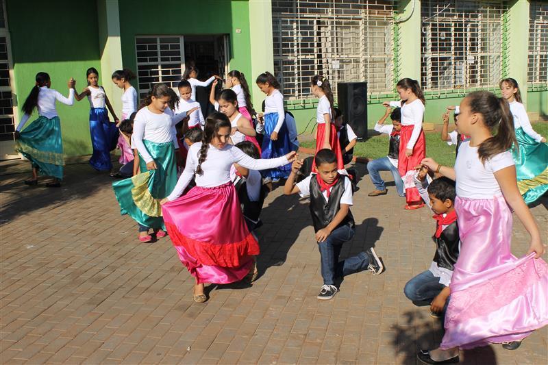 Educandos Participam de Momento Cívico em Frente a Prefeitura Municipal de Florestópolis