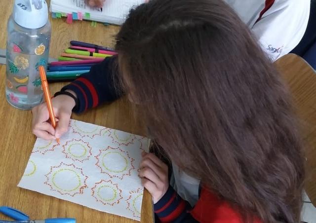 6ºs anos aprendem na prática sobre a importância do pontilhismo para a confecção das obras de arte
