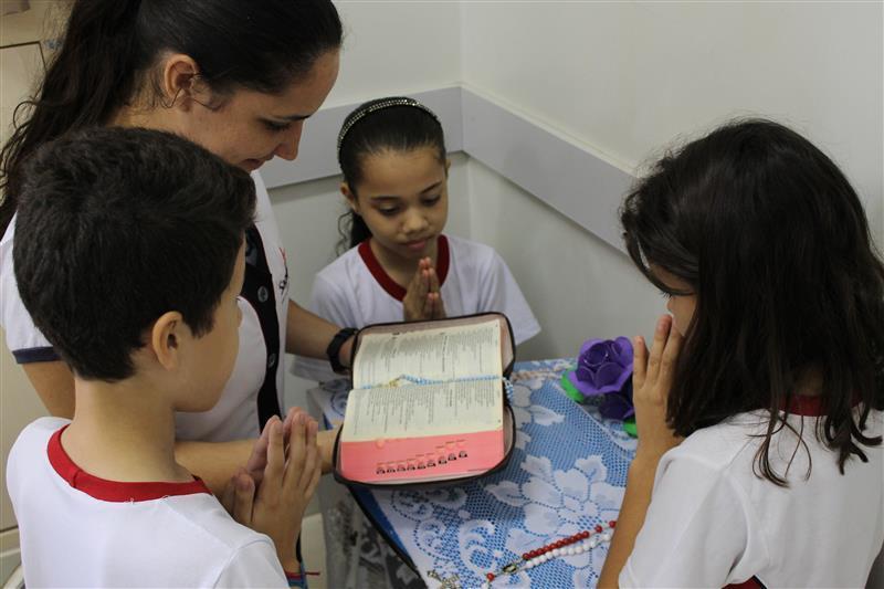 Toda Bíblia é comunicação de um Deus amor, de um Deus irmão. É feliz quem crê na revelação, quem tem Deus no coração