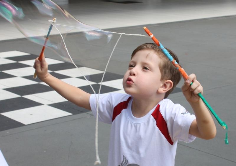 SAGRADO EM CASA: educadora ensina a fazer bolas de sabão gigantes