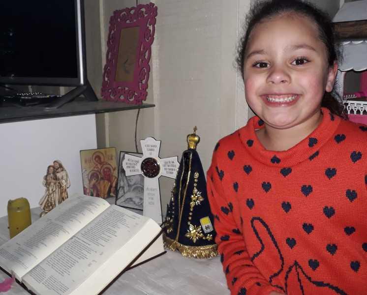 #SagradoEmCasa - Crianças do Infantil V.2 aprendem sobre Espaços Sagrados e organizam altares para oração em família
