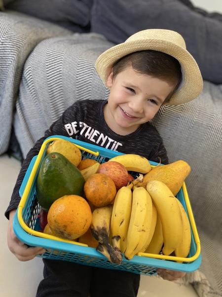 """Crianças do Infantil IV reproduzem obra """"O vendedor de Frutas"""" de Tarsila do Amaral"""
