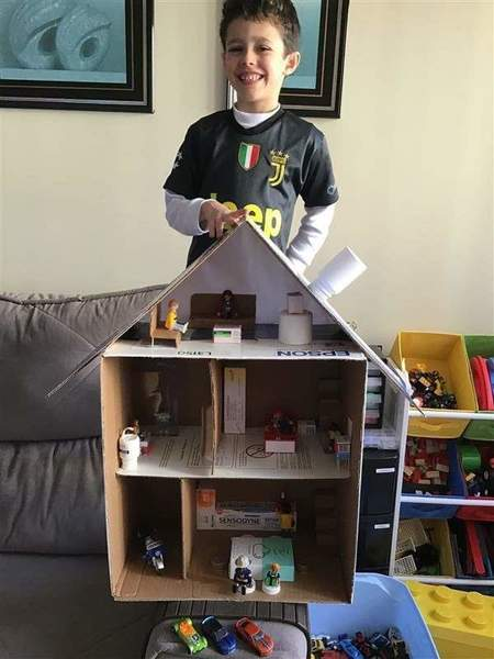 #SagradoEmCasa - Para aprender sobre Moradias, as crianças do Infantil V.1 constroem casas de papelão