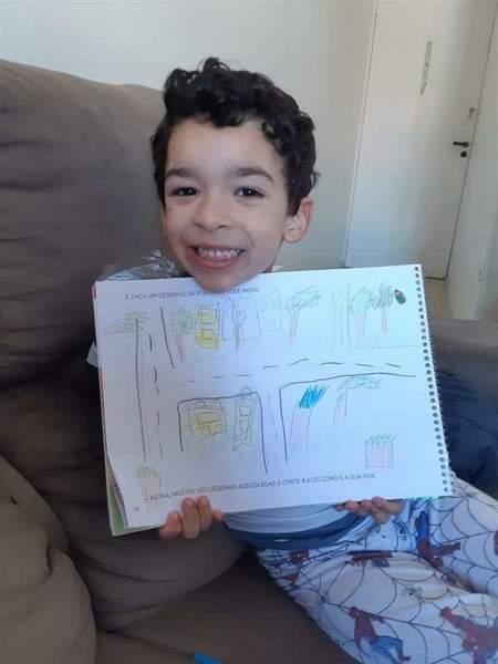 #SagradoEmCasa - Infantil V.1 aprende sobre espaços públicos e privados e fazem desenho da rua onde moram