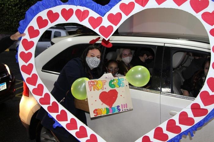 Corações aquecidos: educandos matam as saudades do Colégio e das Educadoras no Drive-Thru do Coração