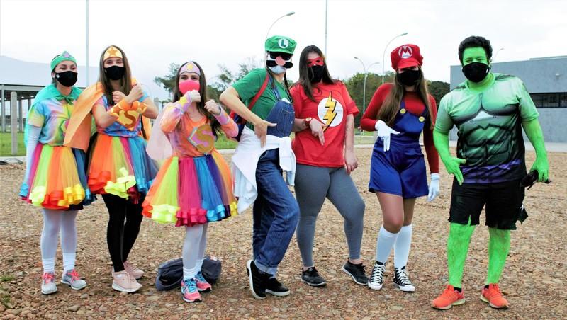 Dia das Crianças é... Carreata Temática: super-heróis/heroínas da Escola São Domingos