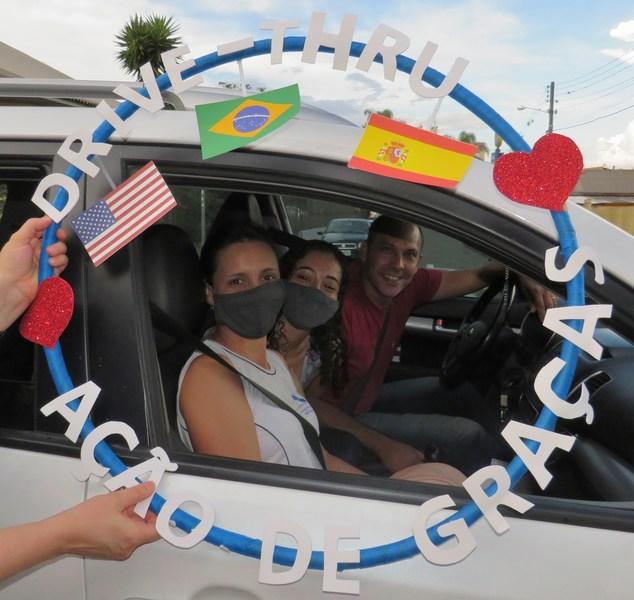 SAGRADO PG realiza Drive-Thru de Ação de Graças para o Ensino Médio