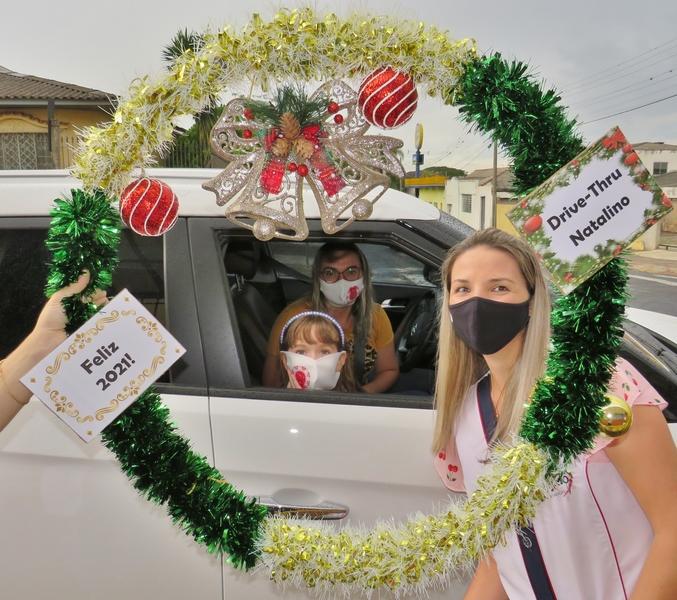 SAGRADO PG realiza Drive-Thru Natalino para os 4ºs e 5ºs anos