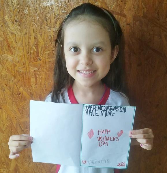 SAGRADO BILÍNGUE: Educandos produzem cartões em Inglês para homenagear as mulheres
