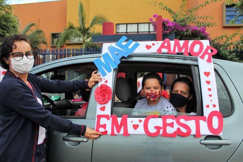 A Unidade Educacional Comemora o Dia das Mães com um Drive-Thru