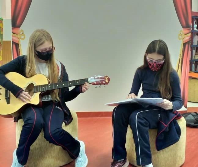 Ao som de violão, educandos declamam poemas produzidos na sala de aula