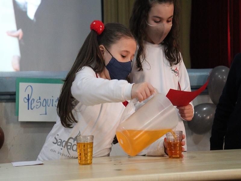 Pais dos educandos do 3° ano assistem apresentações dos filhos sobre o ar e a água