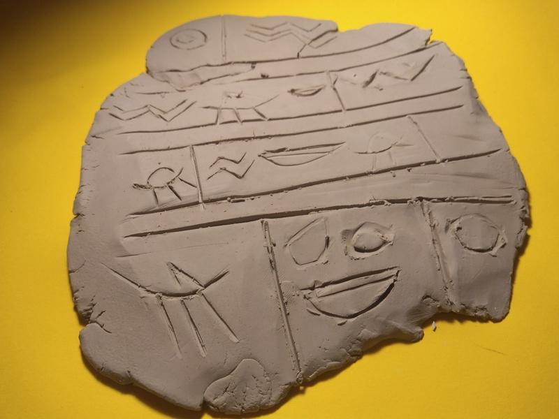 Na aula de História, educandos do 6º ano reproduzem tabuletas de escrita cuneiforme e selos indianos de terracota