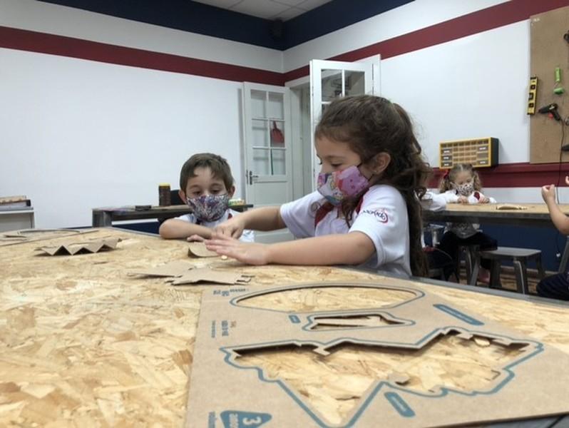 Educandos do Infantil III.1 chamam as árvores para brincar