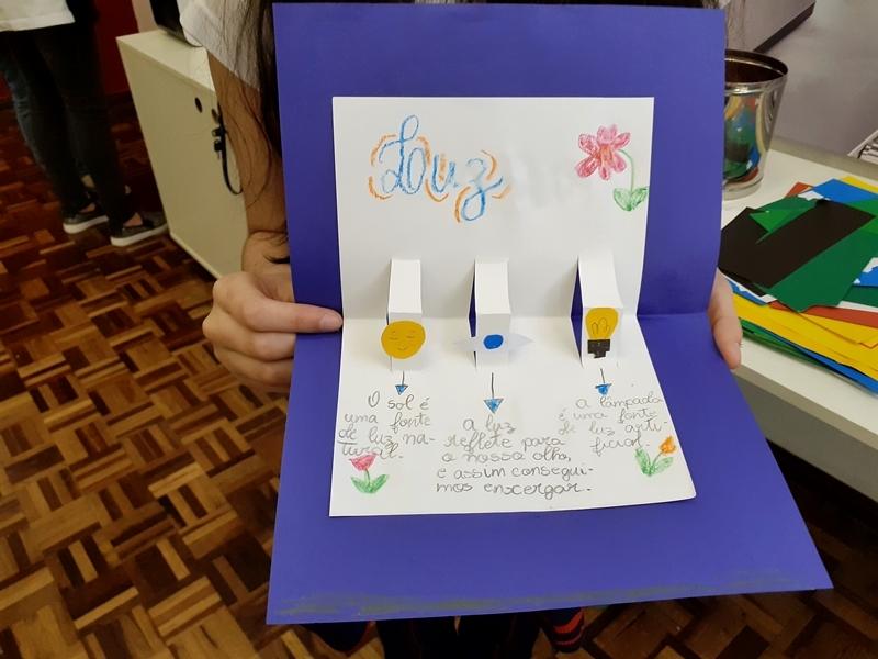 Educandos confeccionam papel pop-up e relembram os estudos sobre a luz