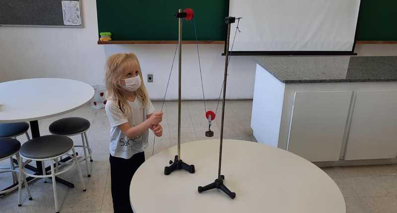 No Laboratório de Física, crianças do Período Integral manuseiam roldanas e aprendem sobre o uso da força
