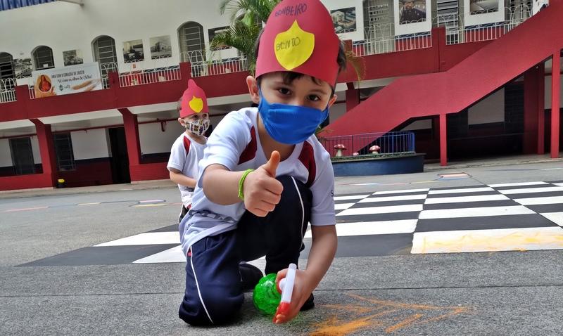 """""""Hoje vou ser bombeiro"""", de Ana Oom, inspira atividade sobre Profissões e crianças do Infantil V se transformam em bombeiros mirins"""