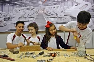 Educandos de diferentes níveis em prática Maker